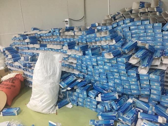 CLIP: Đột kích xưởng sản xuất khẩu trang dỏm, tái chế găng tay đã qua sử dụng - Ảnh 2.