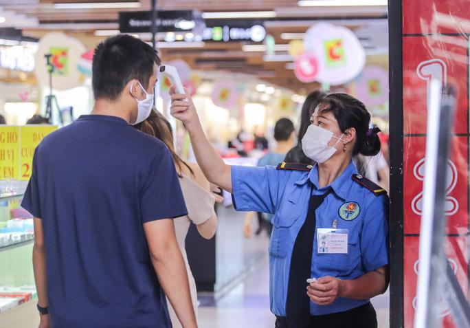 Người dân Hà Nội cẩn trọng đeo khẩu trang phòng chống dịch Covid-19 - Ảnh 2.
