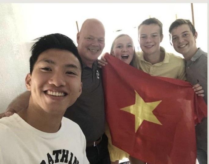 Cầu thủ Văn Hậu lên đường về nước - Ảnh 1.