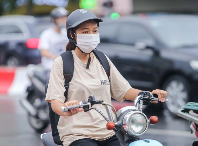 Người dân Hà Nội cẩn trọng đeo khẩu trang phòng chống dịch Covid-19 - Ảnh 11.