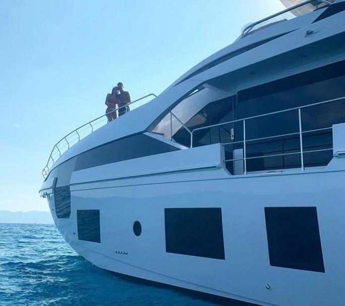 """Sau """"siêu du thuyền"""", Ronaldo sắm """"siêu xe"""". - Ảnh 4."""
