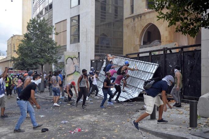 Lebanon: Biểu tình dâng cao tại Beirut, hai bộ trưởng từ chức - Ảnh 3.
