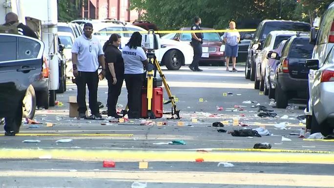 Mỹ: Mở tiệc đường phố chui, hàng loạt người gục ngã dưới làn đạn - Ảnh 1.