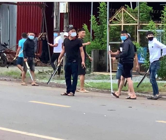 Hai băng nhóm đi ô tô cầm mã tấu đâm chém loạn xạ ở Đồng Nai - Ảnh 2.