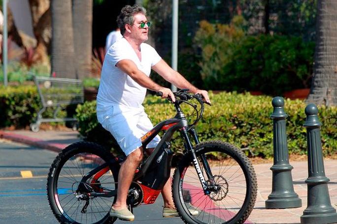 Ngã xe đạp diện, Simon Cowell phẫu thuật 6 giờ - Ảnh 1.