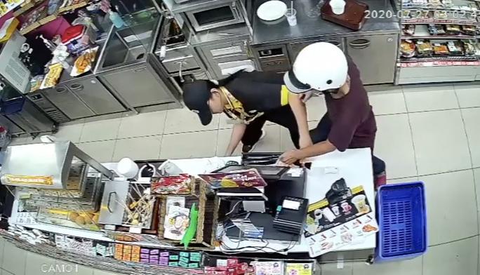 CLIP: Phút giáp mặt của nữ nhân viên cửa hàng tiện lợi với kẻ cướp có dao ở TP HCM - Ảnh 3.