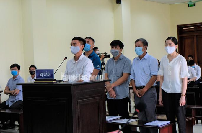 Hô biến lúa thành hoa ly, 5 cựu cán bộ TP Thanh Hóa hầu tòa - Ảnh 1.