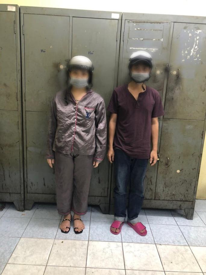 CLIP: Phút giáp mặt của nữ nhân viên cửa hàng tiện lợi với kẻ cướp có dao ở TP HCM - Ảnh 2.