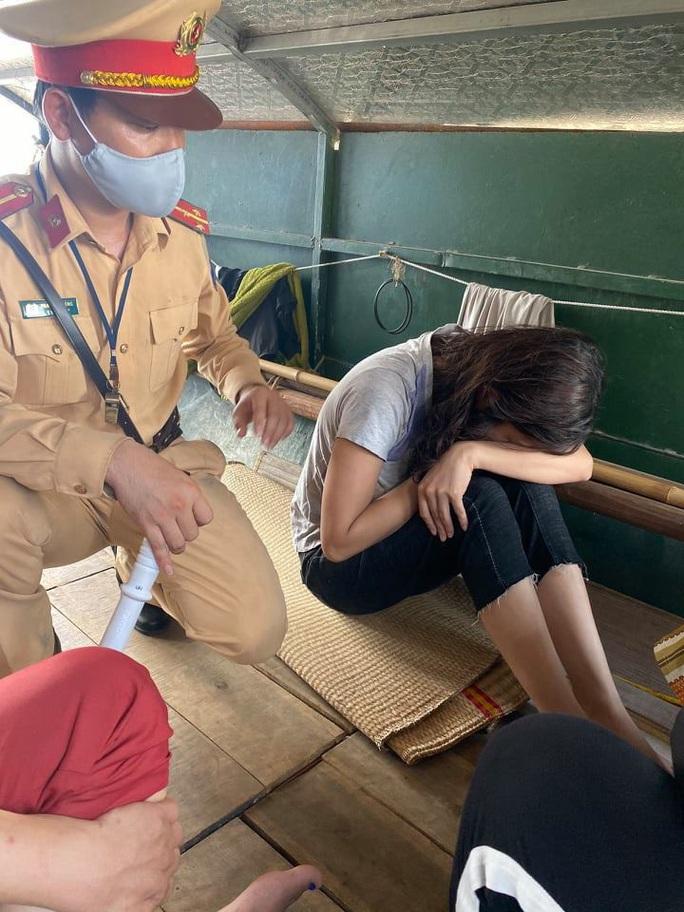 CLIP: Cứu sống cô gái trẻ buồn chuyện tình cảm nhảy sông Hồng tự tử - Ảnh 1.