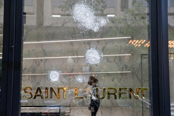 Mỹ: Hàng trăm người cướp bóc khu thương mại, cảnh sát phải nổ súng - Ảnh 4.