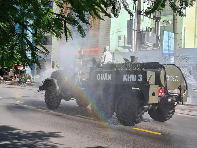 Cận cảnh Hải Phòng bắt đầu phun khử trùng các tuyến đường chính nội đô - Ảnh 5.