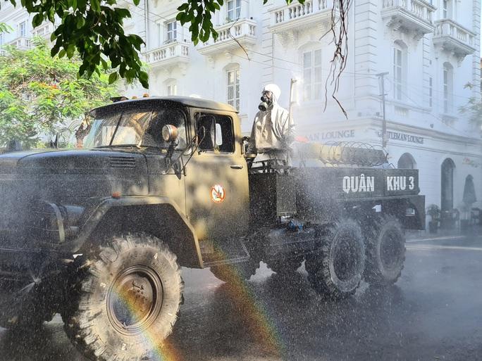 Cận cảnh Hải Phòng bắt đầu phun khử trùng các tuyến đường chính nội đô - Ảnh 3.