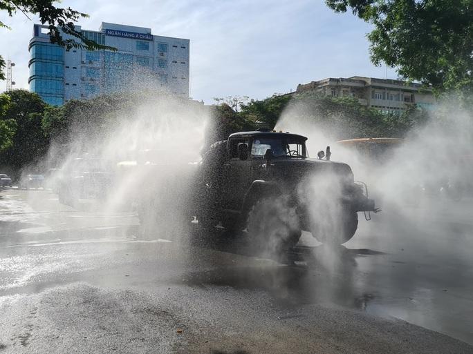 Cận cảnh Hải Phòng bắt đầu phun khử trùng các tuyến đường chính nội đô - Ảnh 4.