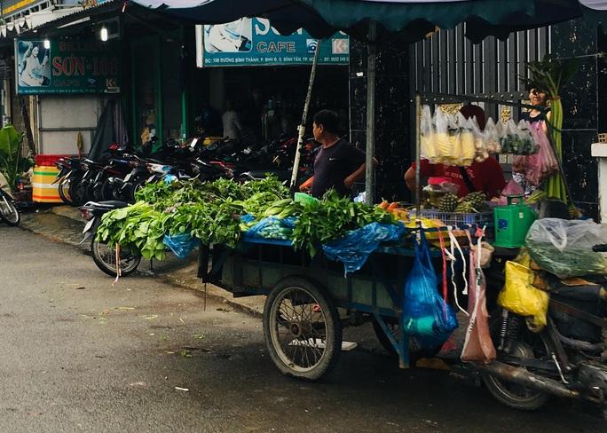 Đìu hiu chợ tạm công nhân mùa Covid - Ảnh 1.