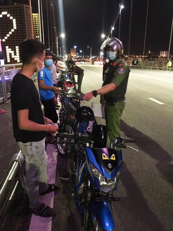 Đà Nẵng: Xử lý 8 thanh thiếu niên tụ tập có dấu hiệu đua xe máy  trong mùa dịch - Ảnh 1.