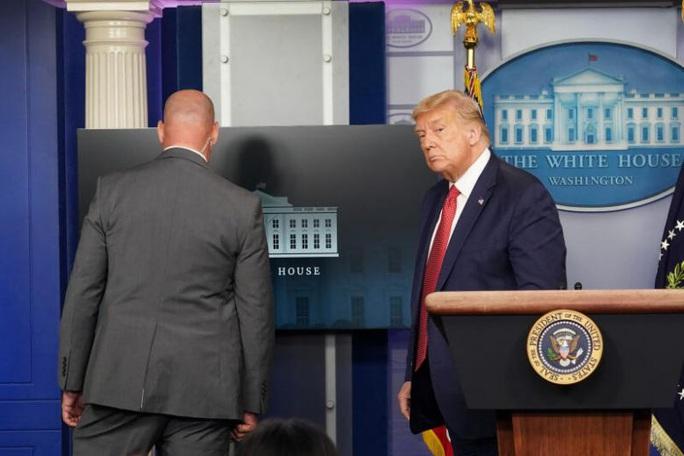 Mới phát biểu 3 phút, Tổng thống Trump được mật vụ hộ tống rời đi - Ảnh 1.
