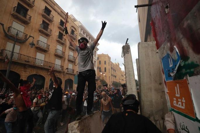 Vụ nổ cực lớn ở Lebanon thổi bay toàn bộ chính phủ - Ảnh 2.