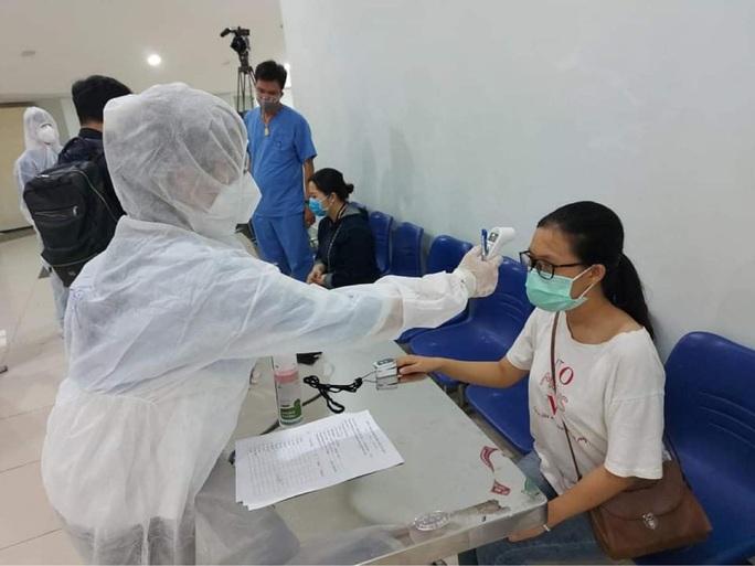 Bệnh nhân dương tính SARS-CoV-2 đã được đón tiếp, thăm khám thế nào tại 2 bệnh viện ở Hà Nội? - Ảnh 2.
