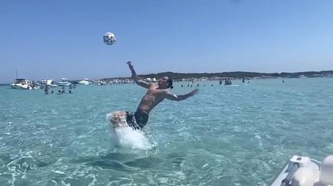 Zlatan Ibrahimovic tái hiện siêu phẩm ngả bàn đèn, chọc tức người Anh - Ảnh 1.