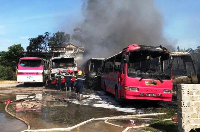 Bất thường 6 ôtô 29-45 chỗ đưa đón công nhân bốc cháy dữ dội - Ảnh 1.