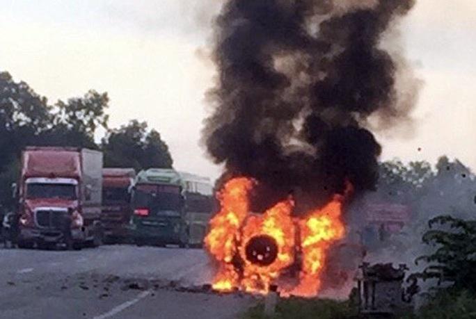 Quảng Bình: Xe ô tô bị cháy rụi, 2 người trên xe rời khỏi hiện trường đầy nghi vấn - Ảnh 1.