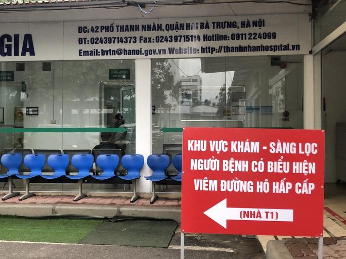 Bệnh nhân dương tính SARS-CoV-2 đã được đón tiếp, thăm khám thế nào tại 2 bệnh viện ở Hà Nội? - Ảnh 1.