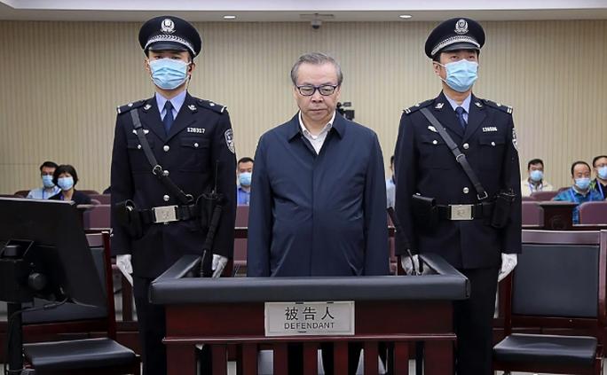 Trung Quốc: Quan tham cất 3 tấn tiền trong nhà, có 100 nhân tình ra tòa - Ảnh 1.