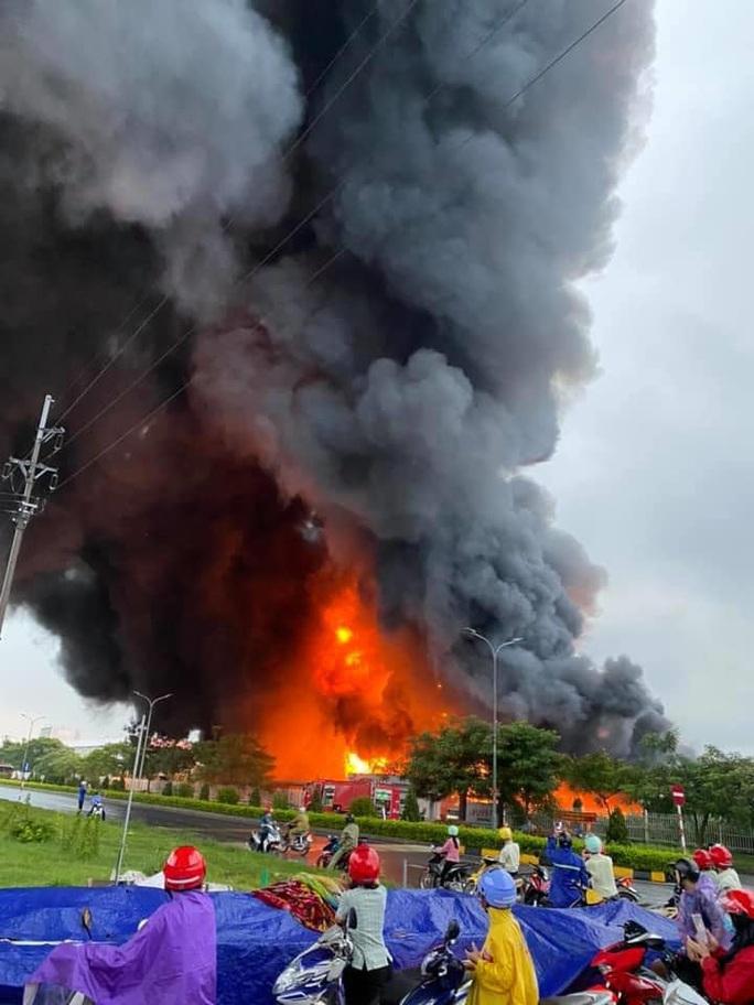 CLIP: Cháy lớn ở khu công nghiệp, lửa và cột khói cao hàng chục mét - Ảnh 1.