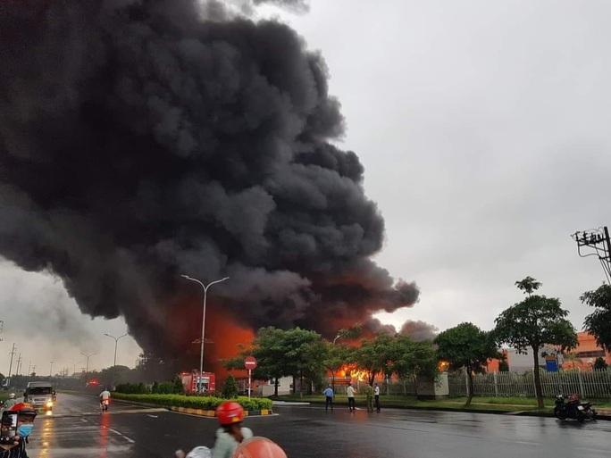 CLIP: Cháy lớn ở khu công nghiệp, lửa và cột khói cao hàng chục mét - Ảnh 3.