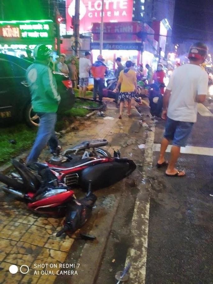 CLIP: Ôtô tông ít nhất 6 người bị thương nặng ở Bình Thạnh - Ảnh 1.
