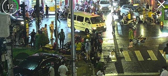 CLIP: Ôtô tông ít nhất 6 người bị thương nặng ở Bình Thạnh - Ảnh 2.