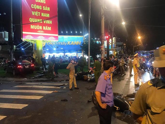 CLIP: Ôtô tông ít nhất 6 người bị thương nặng ở Bình Thạnh - Ảnh 4.