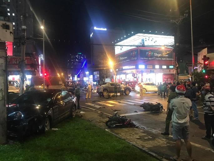 NÓNG: Ôtô húc hàng loạt xe máy dừng đèn đỏ ở Bình Thạnh, nhiều người nhập viện - Ảnh 3.