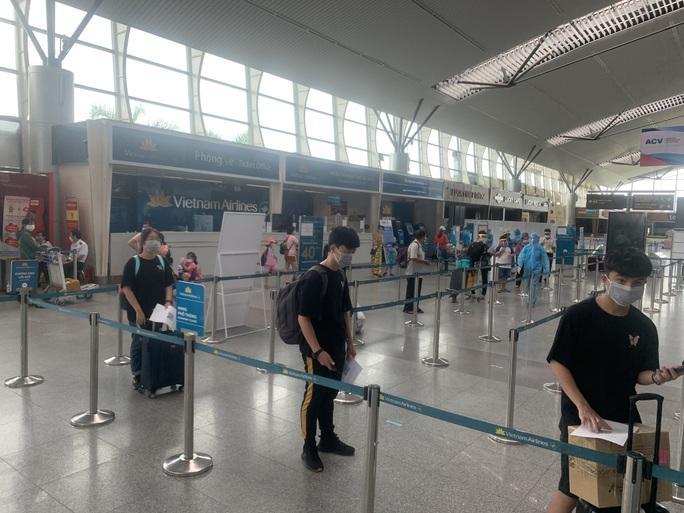 Chuyến bay đầu tiên chở hơn 300 du khách từ Đà Nẵng đã tới TP HCM - Ảnh 1.