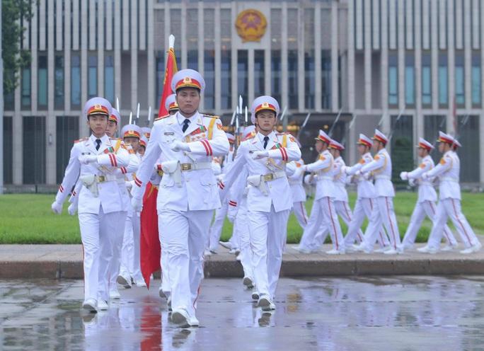 Toàn cảnh Lễ treo cờ rủ Quốc tang nguyên Tổng Bí thư Lê Khả Phiêu - Ảnh 28.