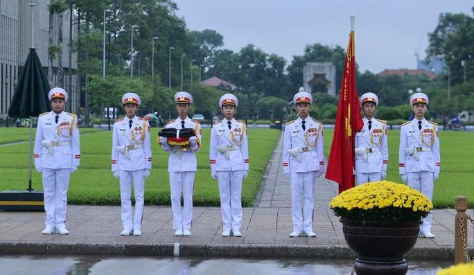 Toàn cảnh Lễ treo cờ rủ Quốc tang nguyên Tổng Bí thư Lê Khả Phiêu - Ảnh 9.