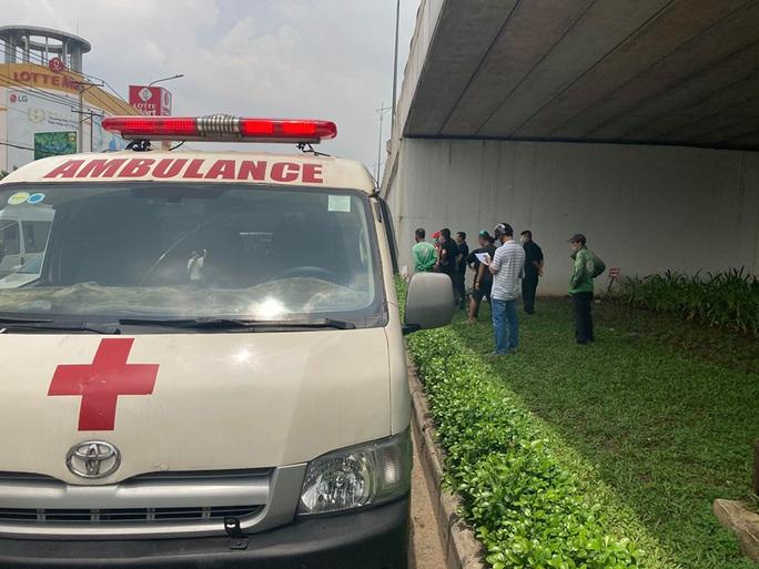 Biên Hòa: Bàng hoàng phát hiện thi thể đàn ông trên manh chiếu dưới gầm cầu vượt - Ảnh 1.