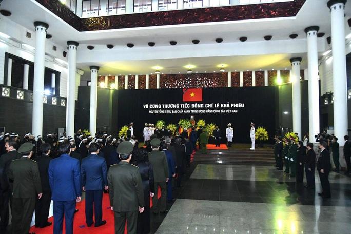 Thủ tướng Nguyễn Xuân Phúc, Chủ tịch QH Nguyễn Thị Kim Ngân viếng nguyên Tổng Bí thư Lê Khả Phiêu - Ảnh 25.