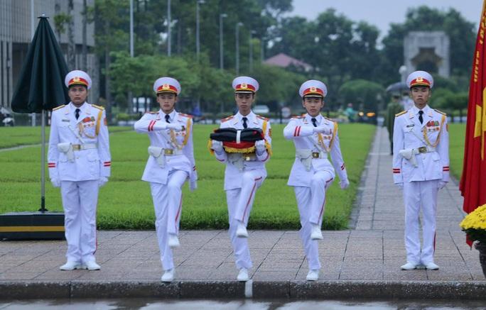 Toàn cảnh Lễ treo cờ rủ Quốc tang nguyên Tổng Bí thư Lê Khả Phiêu - Ảnh 10.