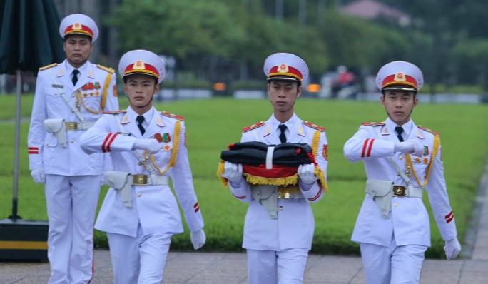 Toàn cảnh Lễ treo cờ rủ Quốc tang nguyên Tổng Bí thư Lê Khả Phiêu - Ảnh 11.