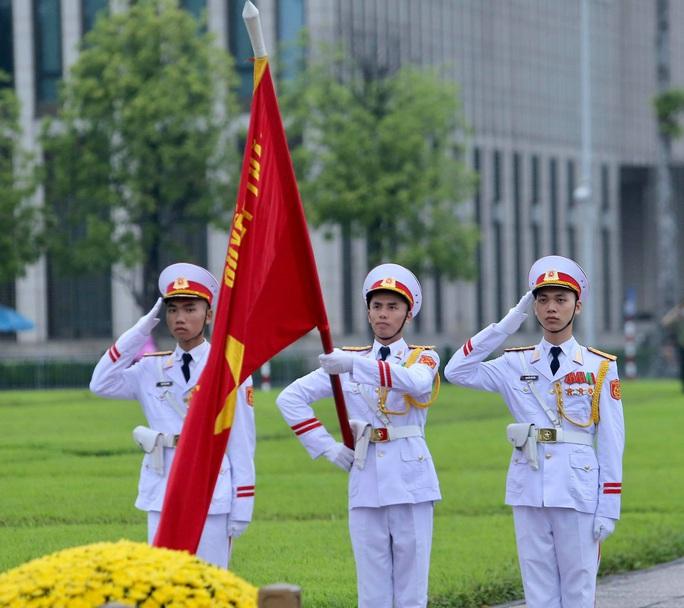 Toàn cảnh Lễ treo cờ rủ Quốc tang nguyên Tổng Bí thư Lê Khả Phiêu - Ảnh 23.