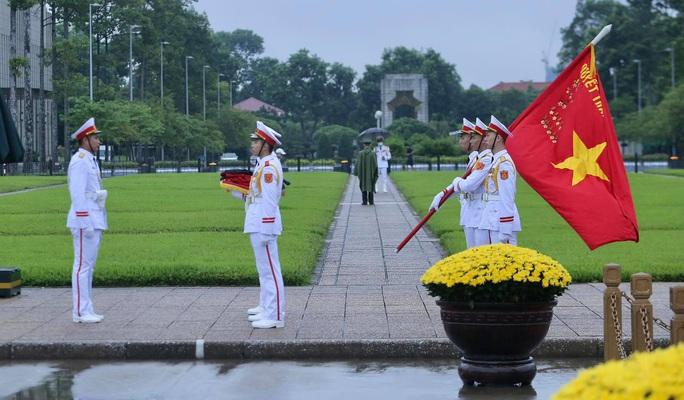Toàn cảnh Lễ treo cờ rủ Quốc tang nguyên Tổng Bí thư Lê Khả Phiêu - Ảnh 8.
