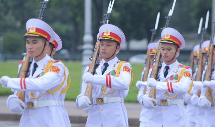 Toàn cảnh Lễ treo cờ rủ Quốc tang nguyên Tổng Bí thư Lê Khả Phiêu - Ảnh 30.