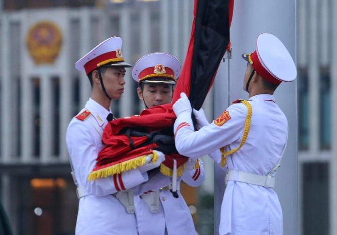 Toàn cảnh Lễ treo cờ rủ Quốc tang nguyên Tổng Bí thư Lê Khả Phiêu - Ảnh 15.