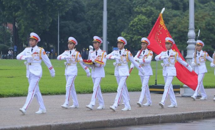 Toàn cảnh Lễ treo cờ rủ Quốc tang nguyên Tổng Bí thư Lê Khả Phiêu - Ảnh 26.