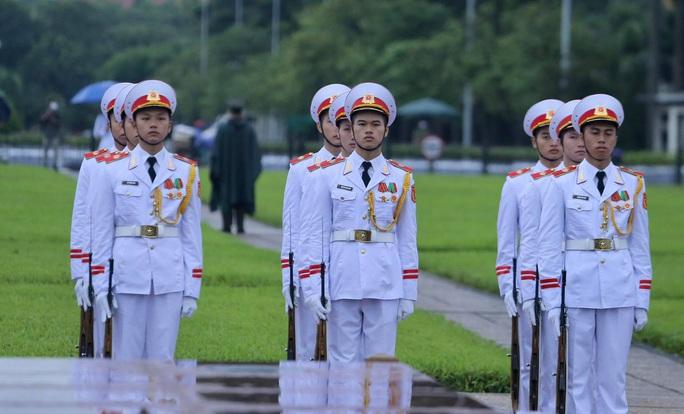 Toàn cảnh Lễ treo cờ rủ Quốc tang nguyên Tổng Bí thư Lê Khả Phiêu - Ảnh 16.