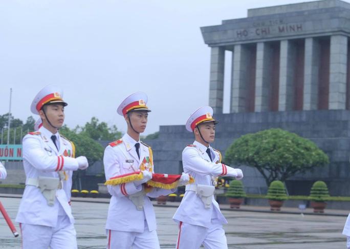 Toàn cảnh Lễ treo cờ rủ Quốc tang nguyên Tổng Bí thư Lê Khả Phiêu - Ảnh 27.