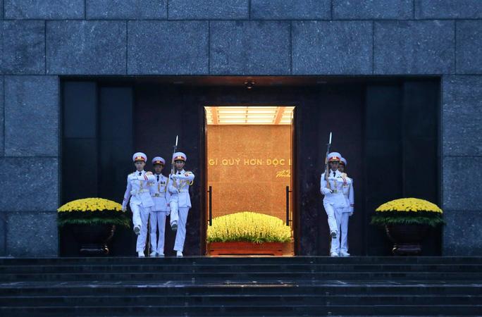Toàn cảnh Lễ treo cờ rủ Quốc tang nguyên Tổng Bí thư Lê Khả Phiêu - Ảnh 3.