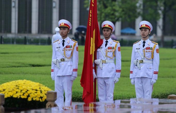 Toàn cảnh Lễ treo cờ rủ Quốc tang nguyên Tổng Bí thư Lê Khả Phiêu - Ảnh 19.