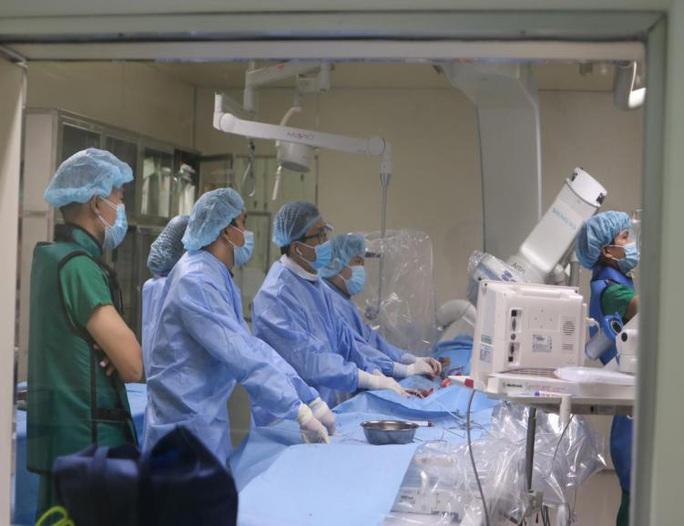 Nhờ đặt stent graft, cụ ông 82 tuổi thoát khối u có mạch đập tại bụng - Ảnh 2.